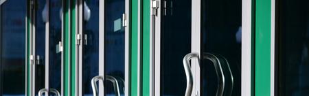 Photo pour Chrome door handle and glass of modern aluminium door outside the office building - image libre de droit