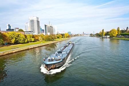 Photo pour freight ship on the river Main in Frankfurt - image libre de droit