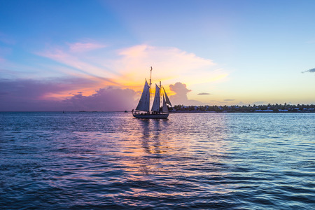 Foto de Sunset at Key West with sailing boat and bright sky - Imagen libre de derechos