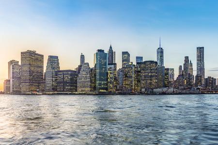 Foto de Manhattan Downtown urban view with Brooklyn bridge in sunset - Imagen libre de derechos