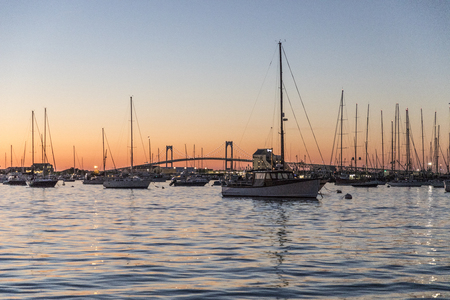 Photo pour romantic sunset with ships in the harbor of Newport - image libre de droit