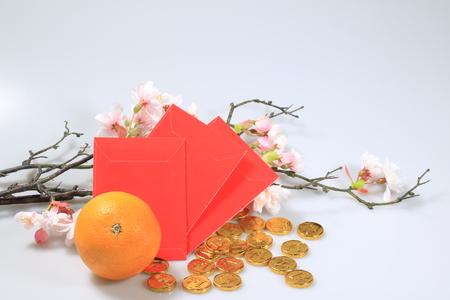 Photo pour chinese new year celebration decoration. Orange, red envelope, gold money chocolate - image libre de droit