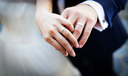 Photo pour Hands and rings on wedding bouquet - image libre de droit