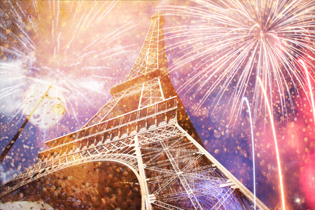 Photo pour celebrating New Year in the city - Eiffel tower (Paris, France) with fireworks - image libre de droit