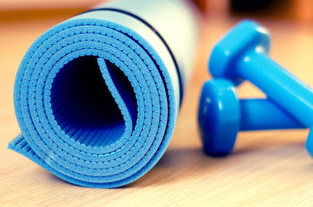 Photo pour Mats for fitness classes and dumbbells - image libre de droit
