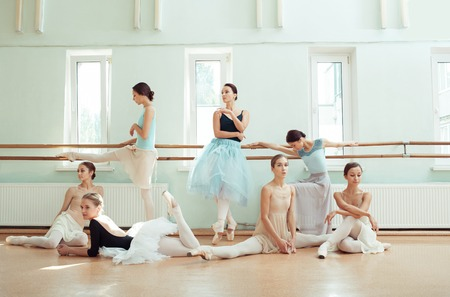 Foto de The seven ballerinas at ballet bar - Imagen libre de derechos