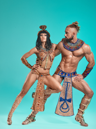 Photo pour The man, woman in the images of Egyptian Pharaoh and Cleopatra - image libre de droit
