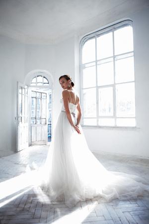 Photo pour Beautiful bride in wedding dress, white background - image libre de droit