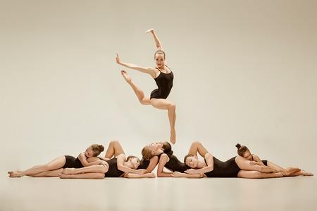 Photo pour The group of modern ballet dancers - image libre de droit