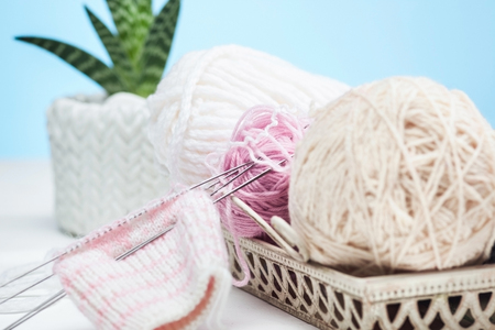 Foto de The balls of wool on white wooden background - Imagen libre de derechos