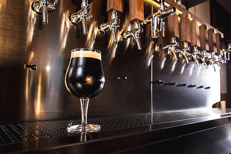 Photo pour Beer taps in a pub - image libre de droit