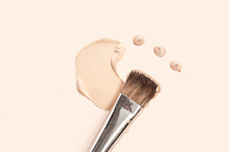 Photo pour Cosmetic foundation cream and powder with brush - image libre de droit