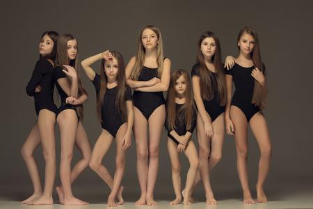 Photo pour The group of teen girls posing at white studio - image libre de droit