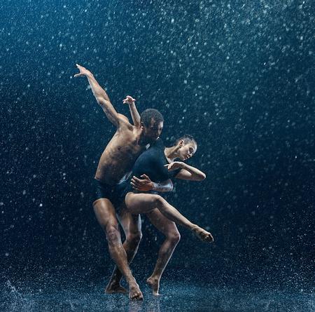 Photo pour Young couple of ballet dancers dancing unde rwater drops - image libre de droit