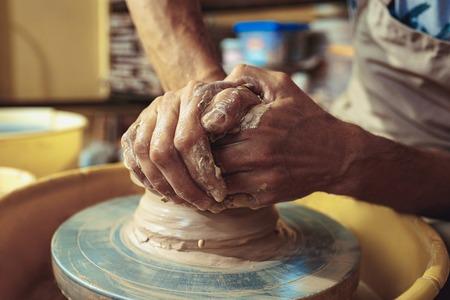 Photo pour Creating a jar or vase of white clay close-up. Master crock. - image libre de droit