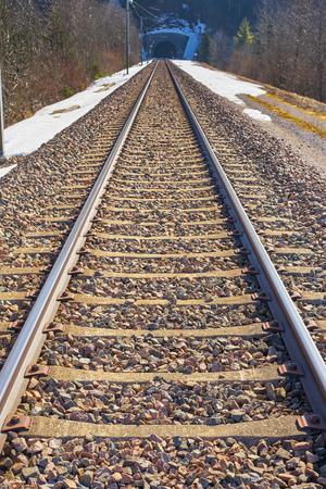 Foto de Deserted Railroad in full day with tunnel in the background - Imagen libre de derechos