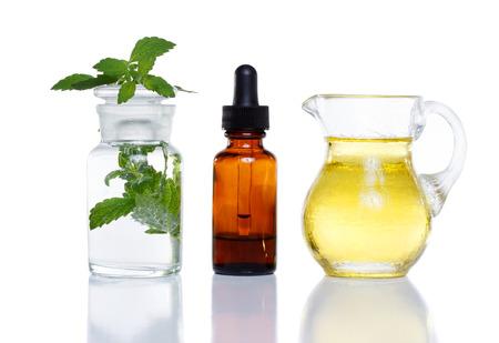Photo pour Herbal medicine dropper bottle with mint water with oil - image libre de droit