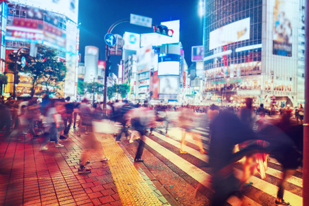 Photo pour People and vehicles cross the famously busy Shibuya intersection in Tokyo - image libre de droit