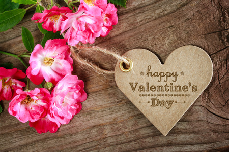 Photo pour Heat shaped Valentine's Day message card with flowers - image libre de droit