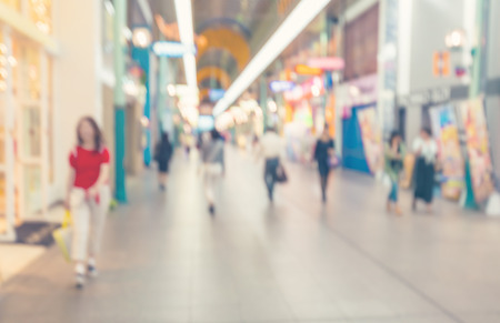 Photo pour Blurred shopping mall corridor with people walking - image libre de droit