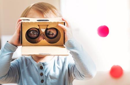 Photo pour Toddler girl using a new virtual reality headset - image libre de droit