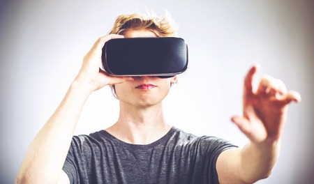 Foto de Blond man using a virtual reality headset - Imagen libre de derechos