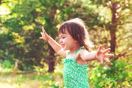 Photo pour Happy smiling toddler girl playing outside - image libre de droit