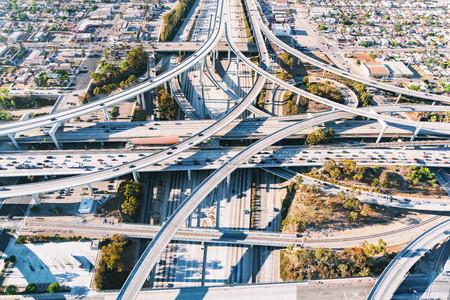 Foto de Aerial view of a massive highway intersection in Los Angeles - Imagen libre de derechos