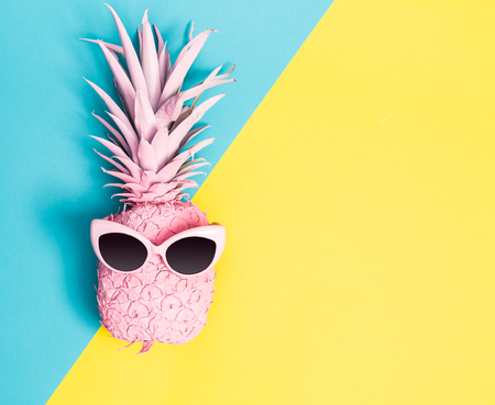 Photo pour Painted pineapple with sunglasses on a vibrant duotone background - image libre de droit