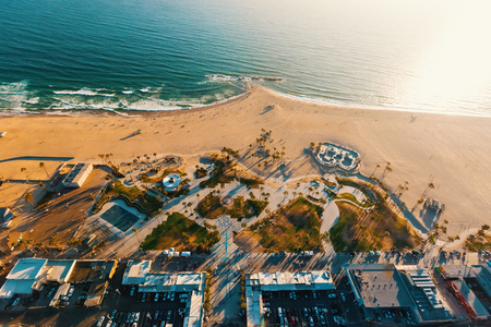 Photo pour Aerial view of the shoreline in Venice Beach, CA - image libre de droit
