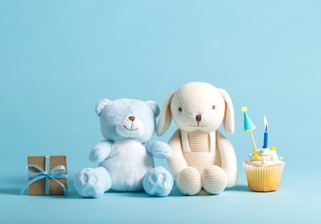 Photo pour Child celebration theme with cupcakes and stuffed animals - image libre de droit