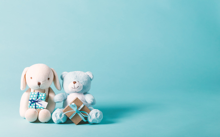 Photo pour Child celebration theme with present boxes and stuffed animals - image libre de droit