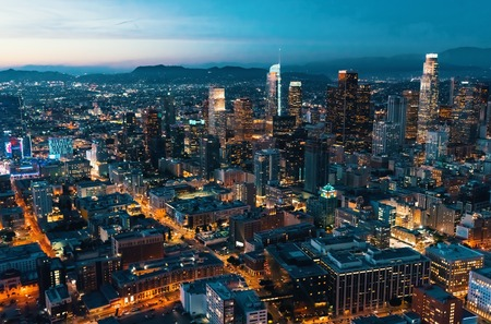 Foto de Aerial view of Downtown Los Angeles at twilight - Imagen libre de derechos