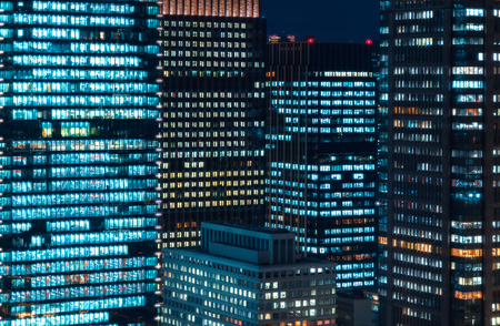 Photo pour Skyscrapers illuminated at night in Tokyo, Japan - image libre de droit