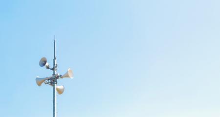 Photo pour Outdoor loudspeaker alert system against a blue sky - image libre de droit