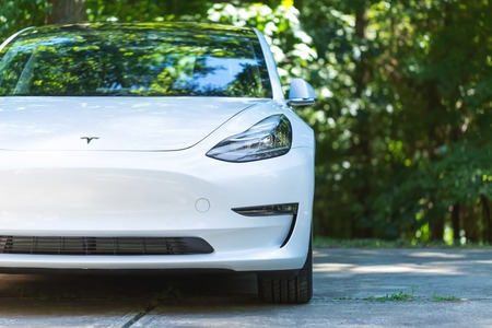 Foto de RALEIGH, NC - JULY 08, 2018: An all electric Tesla Model 3 in Raleigh, NC. The Model 3 is set to be the Tesla's first mass market electric vehicle. - Imagen libre de derechos