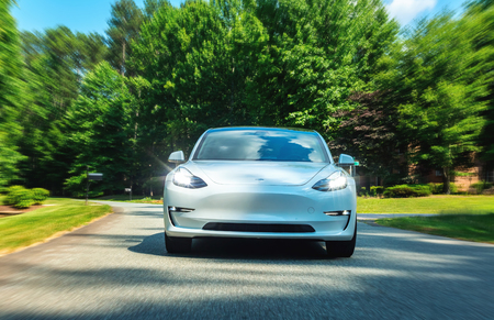 Foto de RALEIGH, NC - JUNE 10, 2018: An all electric Tesla Model 3 in Raleigh, NC. The Model 3 is set to be the Tesla's first mass market electric vehicle. - Imagen libre de derechos