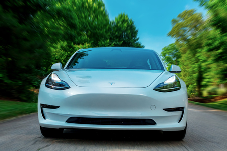 Foto de RALEIGH, NC - JUNE 10, 2018: An all electric Tesla Model 3 in Raleigh, NC. The Model 3 is set to be the Teslas first mass market electric vehicle. - Imagen libre de derechos