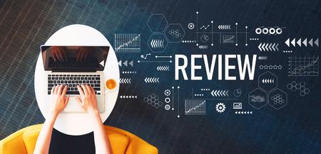 Foto de Review with person using a laptop on a white table - Imagen libre de derechos