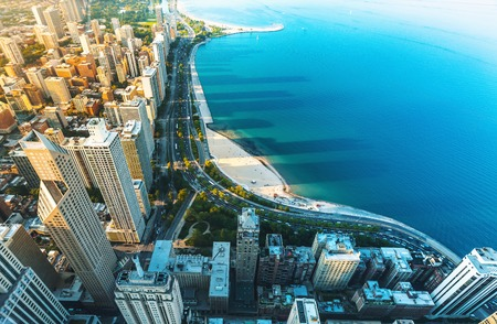 Foto de Chicago cityscape with a view of Lake Michigan from above - Imagen libre de derechos