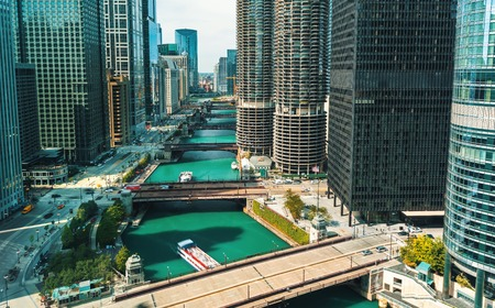 Foto de Chicago River with boats and traffic in Downtown Chicago - Imagen libre de derechos
