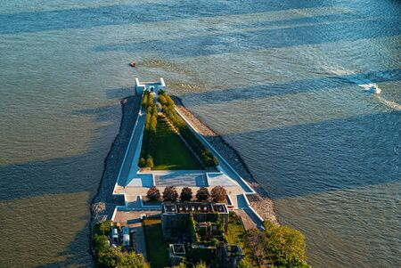 Foto de Aerial view of the Statue of Liberty in New York, NY - Imagen libre de derechos