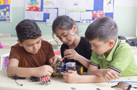 Photo pour turkish student group are developing the robot in the classrom - image libre de droit