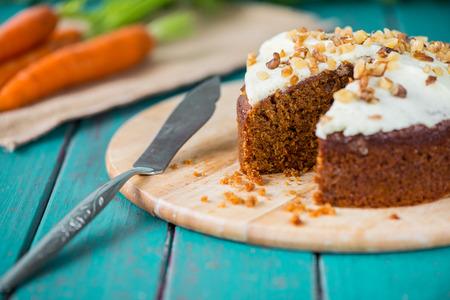 Photo pour Fresh slice of carrot cake - image libre de droit