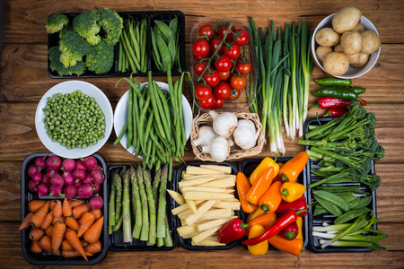 Photo pour farm fresh vegetables on table - image libre de droit