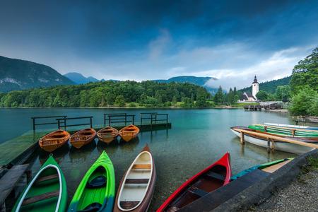 Foto de Colorful kayaks at lake Bohijn, Slovenia. - Imagen libre de derechos