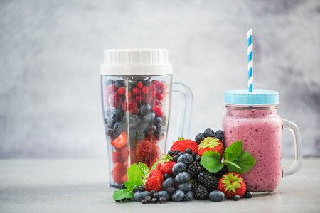 Photo pour Blender ready for making berry smoothie and ingredients - image libre de droit
