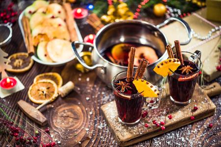 Photo pour Spiced hot Christmas festive red wine. - image libre de droit