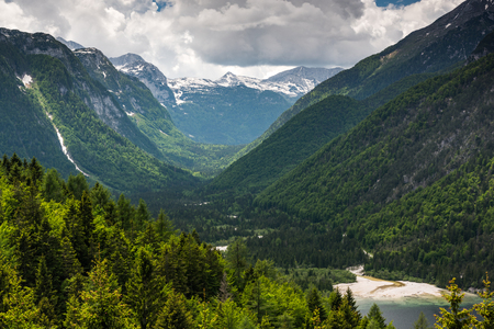 Photo pour Amazing view ower mountains and woodlands in Italian Alps - image libre de droit