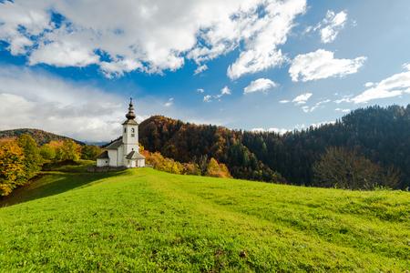 Photo pour Sv. Marko chapel in Lower Danje, Slovenia at autumn colors. - image libre de droit